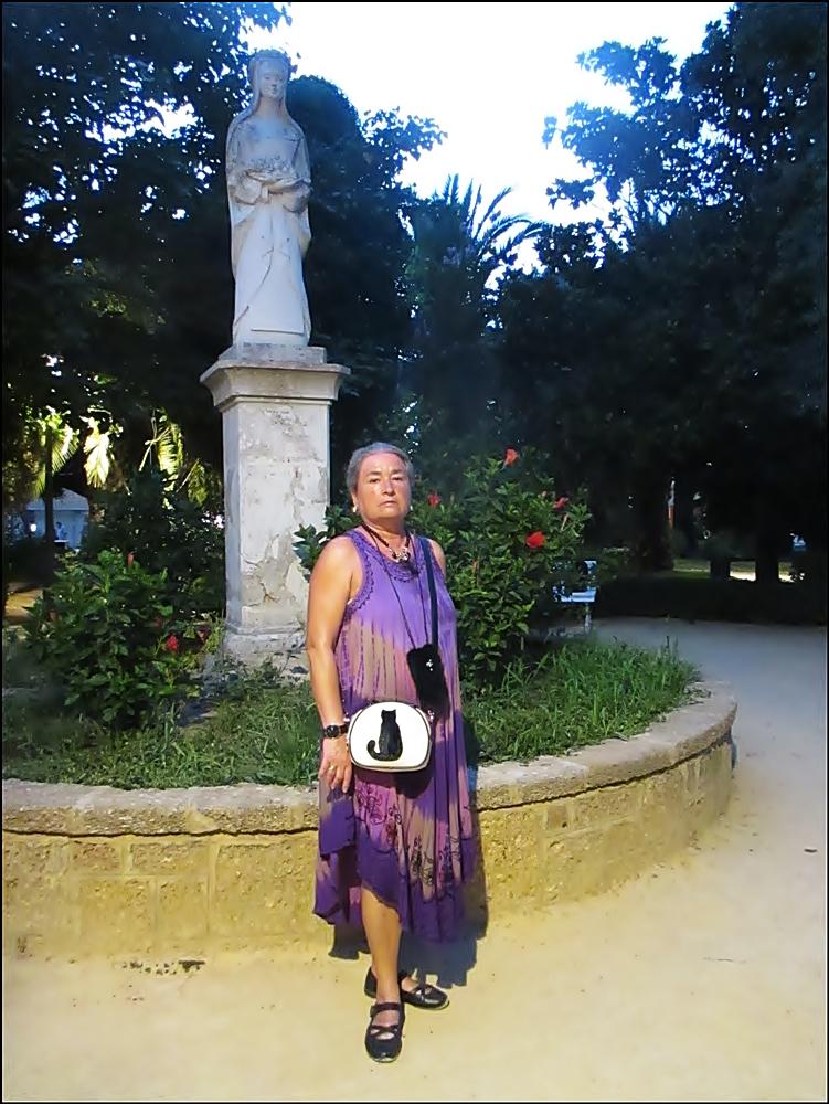 La con la estatua de Santa Rosa de Lima
